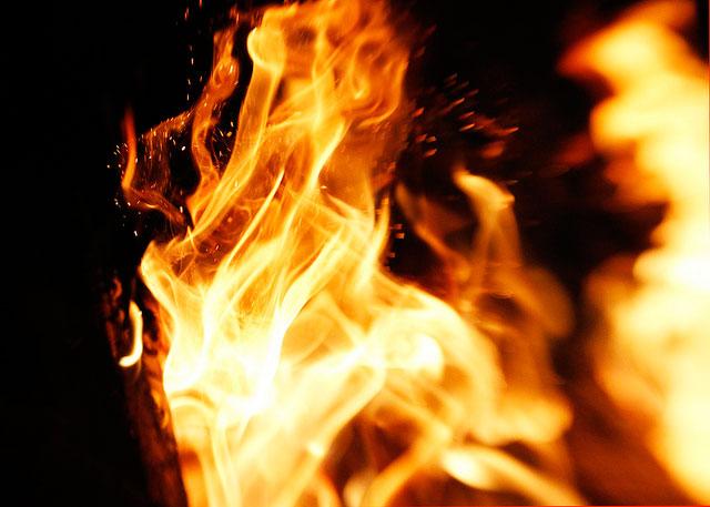 炎と舞い上がる火の粉を撮影 ...