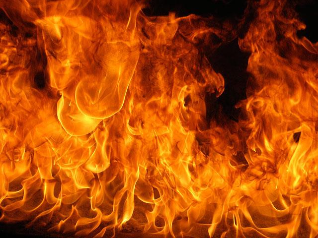 轟々と燃え盛る炎を撮影した火力の強さが伝わってくるテクスチャー素材