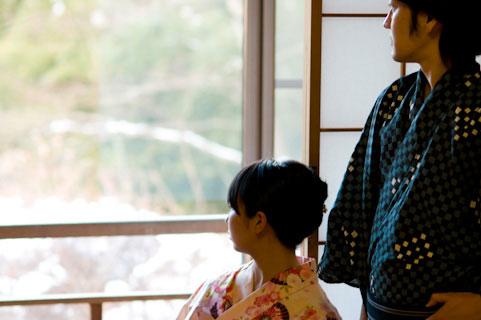 温泉旅館の和室でくつろぐカップルを撮影したフリー写真素材