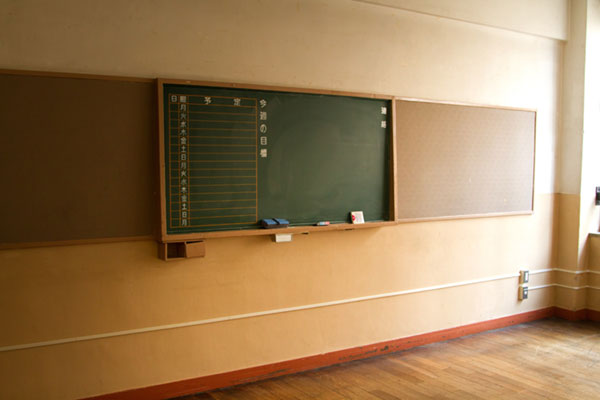 放課後の教室にある黒板。
